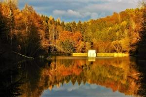 zrcadlení na přehradě