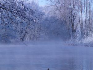 Východ slunce v zimě na řece